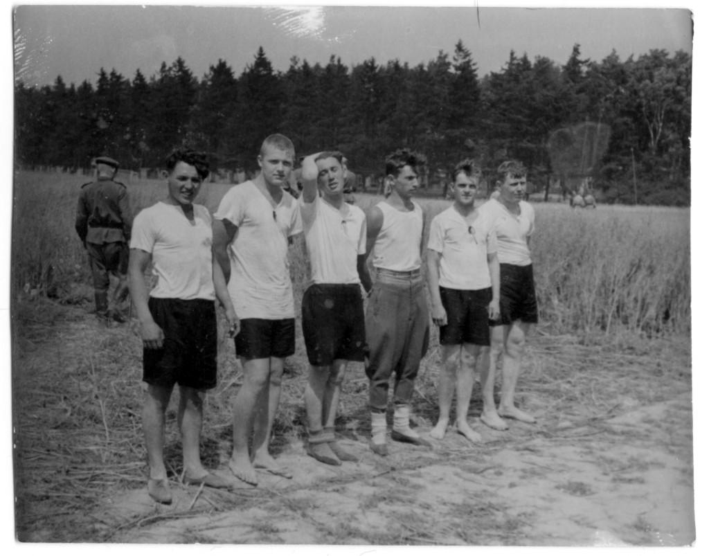 Волейбольная команда 88-го ОТТП, Германия, третий справа замкомандира полка Жаркой Ф.М., Бург-Штаргард,  июнь 1945 н