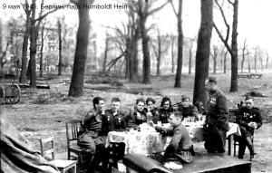 На лавке сзади стола слева направо 1) старший сержант Борис Юффа, связист 2) ? 3) Я 4) Юрий Энтис 5) Гринько, кажется старшина, имени не помню 6) старший сержант Михаил Кудинов, связист. Берлин, 9 мая 1945 года