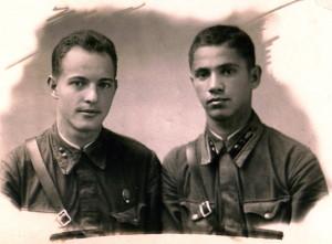 Адьютант штаба 1 батальона 64 танкового полка, с 22.06 командир взвода тяжелых танков КВ-1, лейтенант Жаркой Филипп Михайлович (справа) и начальник продовольственной службы полка лейтенант Цурканов (фото 1941 г., Пирятин)
