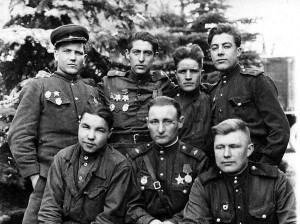 Группа военнослужащих роты технического обеспечения 88-го отдельного тяжелого танкового полка.  Начало апреля 1945 года.  Польша под Кюстрином.  В центре гвардии старший сержант Юрий Энтис – кавалер четырех боевых орденов.  В полку - с лета 1943-го, механик-водитель танка Т-34. Воевал с полком на Кавказе,  под Ленинградом,  в Прибалтике, под Ригой был тяжело контужен, после госпиталя вернулся в полк уже в ремроту электромехаником и был в нем до конца войны.