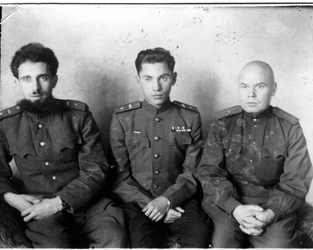 Справа-налево замкомандира полка Хайкин В.М., замкомандира полка Жаркой Ф.М., уполномоченный СМЕРШа полка Субачев М.И., лето 1944 года н