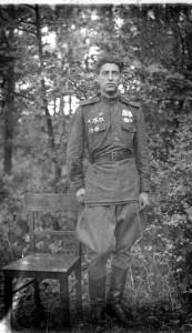 Старший сержант Юрий Энтис - кавалера четырех боевых орденов. Воевал с 1941 года механиком водителем танка Т-34, под Сталинградом был  ранен, на Северо-Кавказском фронте в первой половине 1943 года был в составе 258-го отдельного танкового полка. В Новороссийско-Таманской операции уже воевал в составе  88-го полка, прошел  Ленинградский фронт, Прибалтику, под Ригой был тяжело контужен; после госпиталя вернулся в полк уже в роту технического обеспечения электромехаником