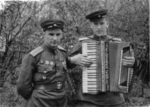 Заместитель по политчасти командира 88-го отдельного тяжелого танкового полка и хороший музыкант Л.А. Глушков с подаренным разведчиками трофейным аккордеоном, и агитатор того же полка.