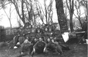 Взвод разведки 88-го отдельного гвардейского тяжелого танкового полка со своим командиром Владимиром Ивановичем Кузнецовым (в центре с двумя орденами). Как гласит подпись на обратной стороне фото, снято в Берлине в парке Гумбольда 8 мая 1945 года.