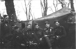 Взвод разведки 88-го отдельного гвардейского тяжелого танкового полка со своим командиром Владимиром Ивановичем Кузнецовым (третий справа). Как гласит подпись на обратной стороне фото, снято в Берлине в парке Гумбольда 8 мая 1945 года.