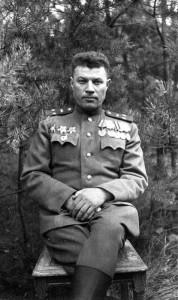 Командир 88-го отдельного гвардейского тяжелого танкового полка П.Г. Мжачих в лесу под Кюстрином перед Берлинской операцией. Впереди — штурм Берлина, тяжелые бои и потери.